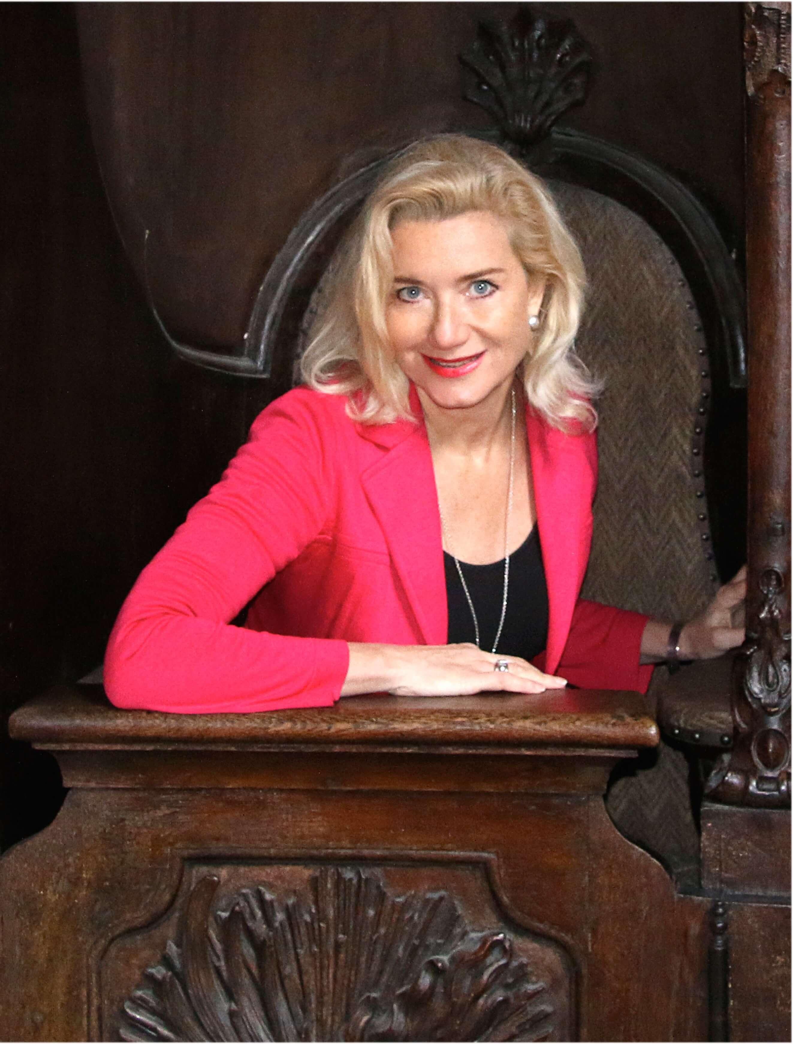 Sabine Vöhringer im Beichtstuhl in der Asamkirche. Hier beichtet die Verlegerin Julia Frey, bevor...
